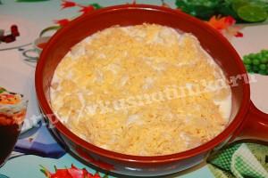 В отдельной посуде смешаем яйца, сметану, специи и соль.Смесью зальем капусту и сверху посыпем натертым сыром.