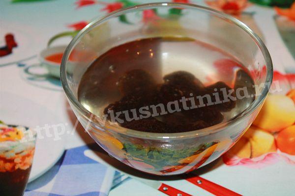 Чернослив промойте прохладной водой, залейте кипятком на 30 минут