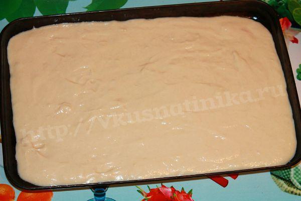 Выливаем тесто в смазанную маслом форму и поставим в духовку на 5-10 минут.