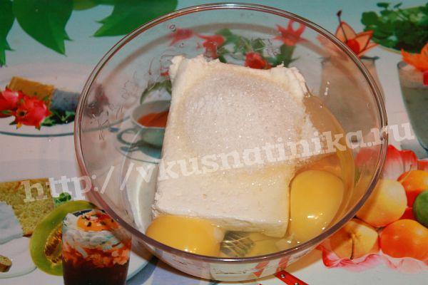 В это время мы приготовим творожный фарш для нашего пирога. Для этого смешаем протертый творог, яйца, сахар, соль и ванилин.