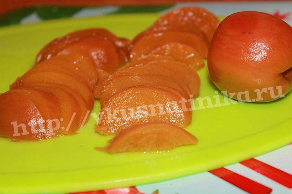 Персики нарезаем дольками.