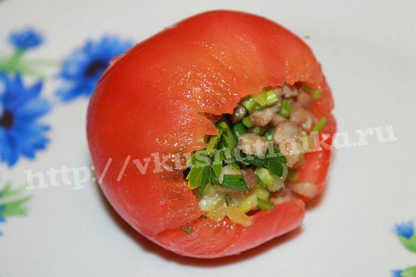 Свежий помидор обдайте кипятком и снимите кожицу, выньте ложкой мякоть нафаршируйте начиной из филе птицы  и овощей. Получился у нас фаршированный помидор.