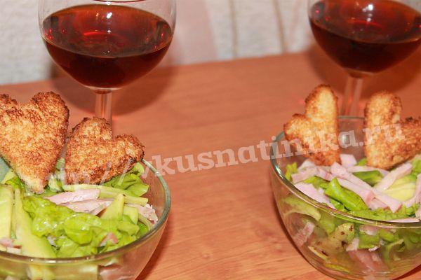 Салат с авокадо и гренками