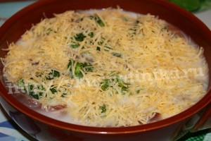 Посыпьте запеканку тертым сыром.